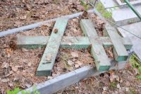 Вандалы осквернили кладбище около церкви в Пудоже