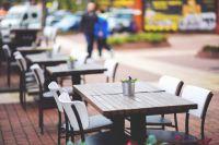 В европейских странах вместо уродливых навесов в кафе используют аккуратные зонтики.