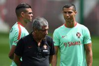Слева направо: Пепе, главный тренер сборной Португалии Фернанду Сантуш и Криштиану Роналду на тренировке перед началом турнира Кубка конфедераций по футболу 2017.