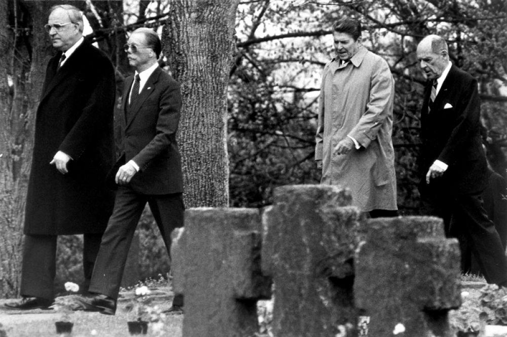 5 мая 1985 года. Канцлер Германии Гельмут Коль и президент США Рональд Рейган на немецком военном кладбище в Битбурге.