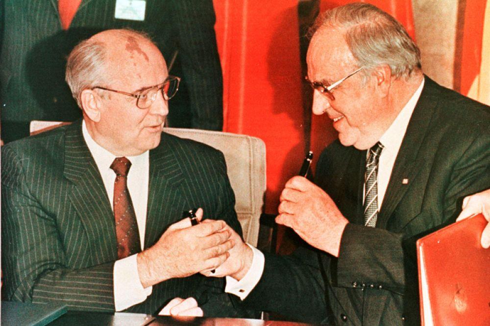 Ноябрь 1990 года. Президент СССР Михаил Горбачев и канцлер Германии Гельмут Коль обменялись перьевыми ручками после подписания Договора о сотрудничестве в Бонне.