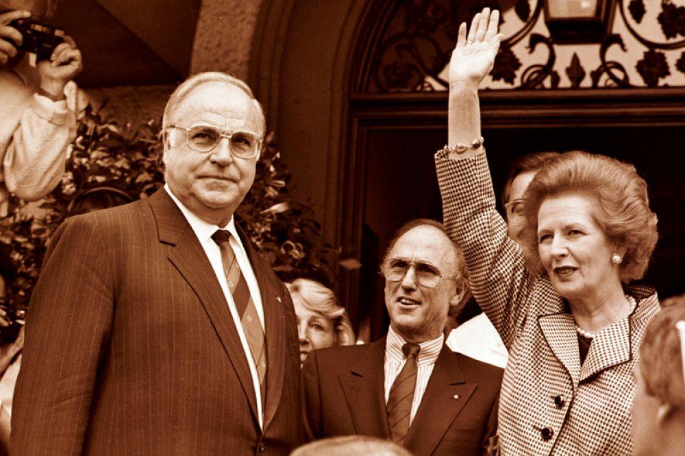 Премьер-министр Великобритании Маргарет Тэтчер и канцлер Германии Гельмут Коль во время своего визита в Германию.