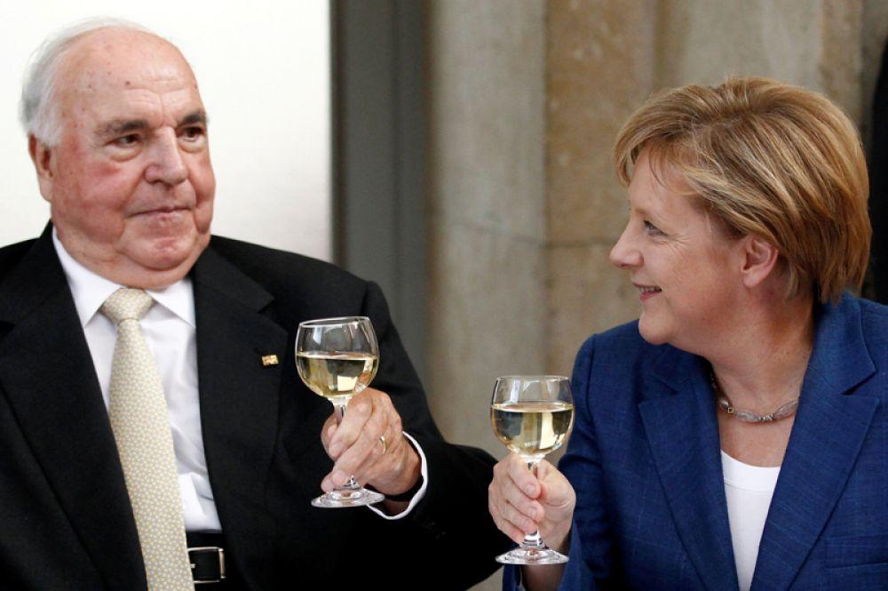 1 октября 2010 года. Бывший канцлер Германии Гельмут Коль с канцлером Германии Ангелой Меркель отмечают предстоящую 20-летнюю годовщину объединения Германии в Берлине.