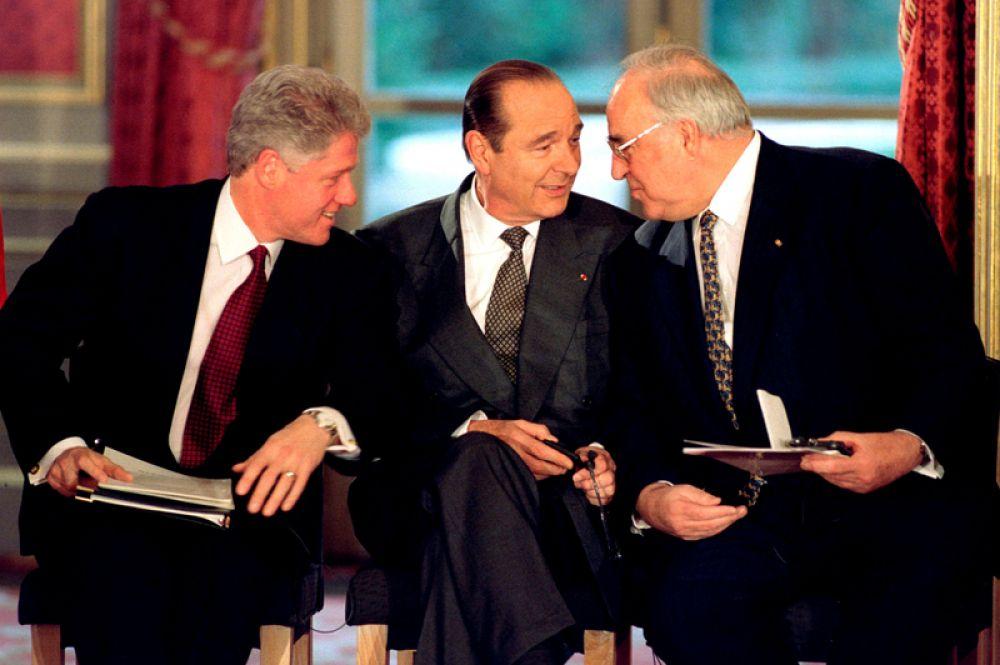 14 декабря 1995 года. Президент США Билл Клинтон (слева), президент Франции Жак Ширак (в центре) и канцлер Германии Гельмут Коль во время подписания Боснийского мирного соглашения в Елисейском дворце в Париже.