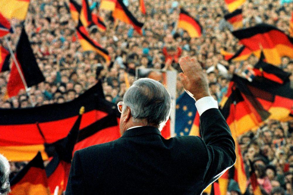 Февраль 1990 года. Гельмут Коль выступает на предвыборном митинге в Эрфурте.