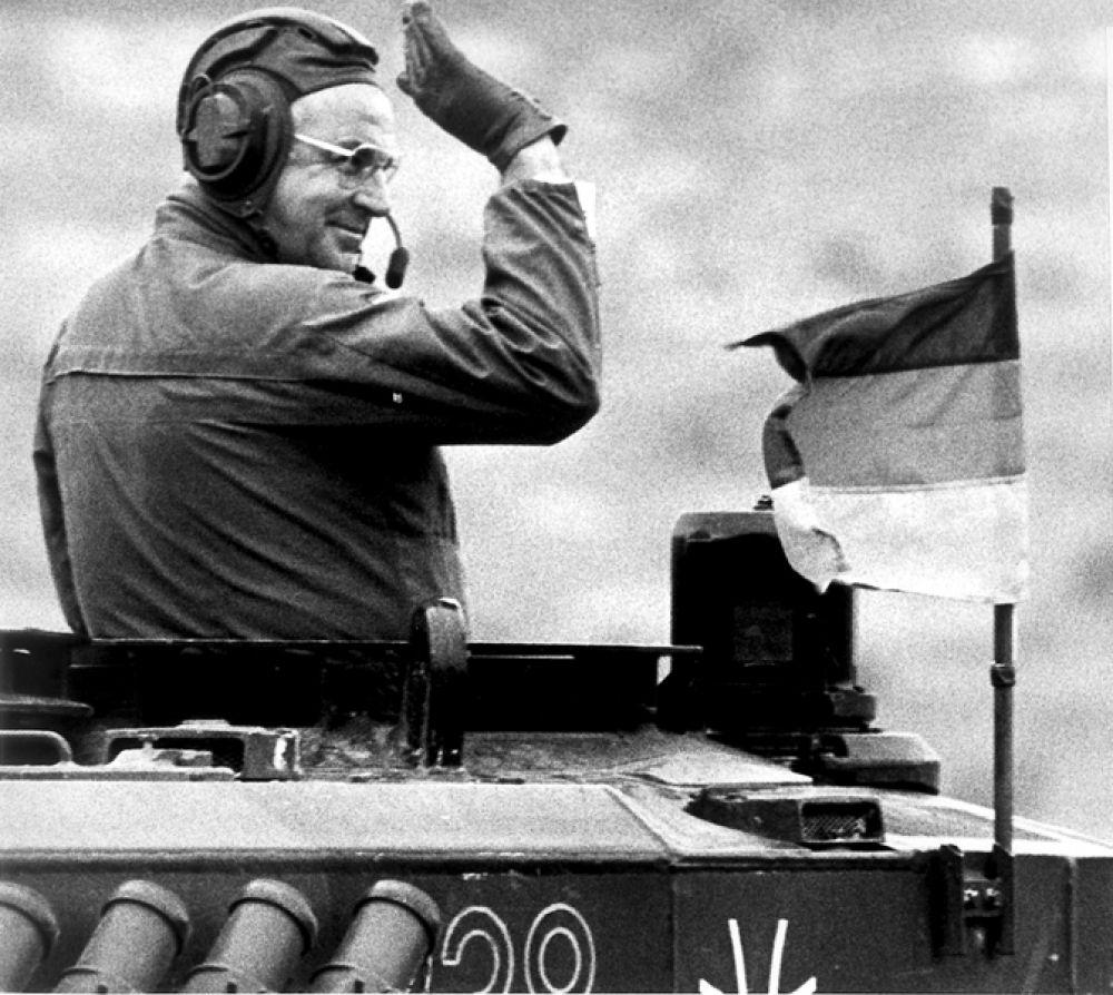 17 сентября 1986 года. Канцлера ФРГ Гельмут Коль на танке «Леопард» во время посещения позиций немецких и британских войск в северной Германии.