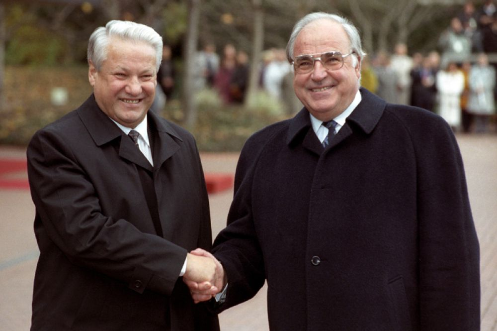 21 ноября 1991 года. Гельмут Коль приветствует прибывшего в Германию с визитом Бориса Ельцина.