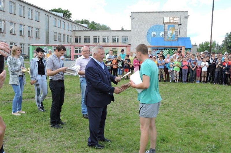 Победителей награждает Анатолий Рушкин.