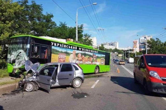 ВХарькове легковушка влетела втроллейбус, шофёр авто умер