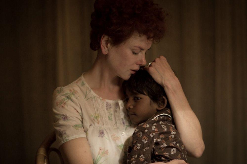В фильме «Лев» (2016) Николь Кидман впервые в актёрской карьере сыграла мать приёмного ребёнка. Актриса воспитывает двух приёмных детей — Изабеллу Джейн и Коннора Энтони.