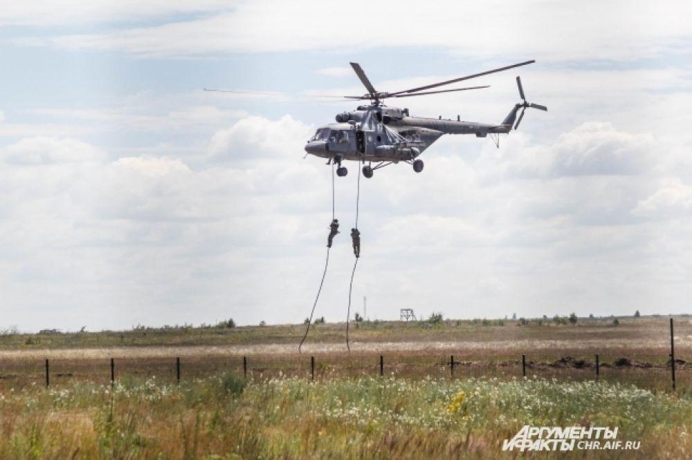 Группа десанта десантируется с вертолета Ми-8