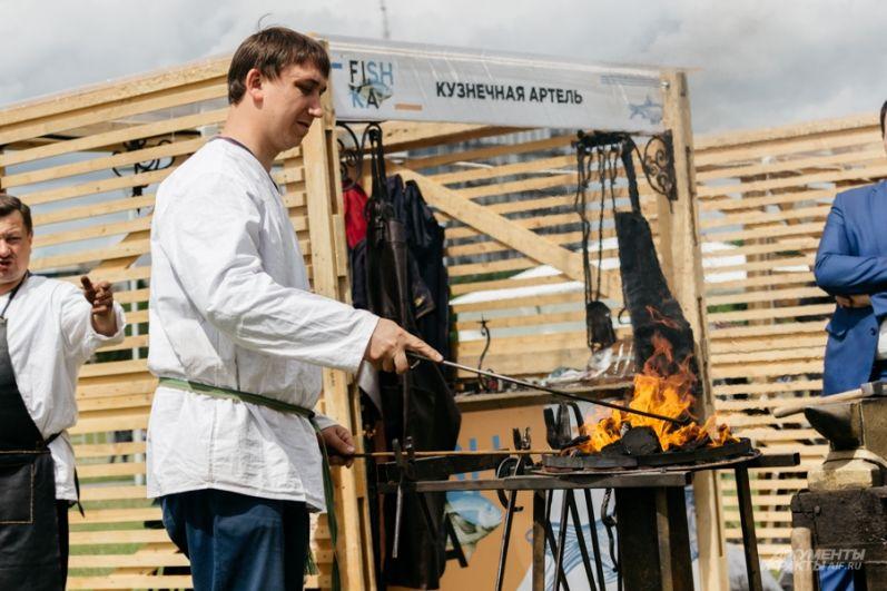 Здесь же, у центра семьи Казан можно было посмотреть за работой мастеров.