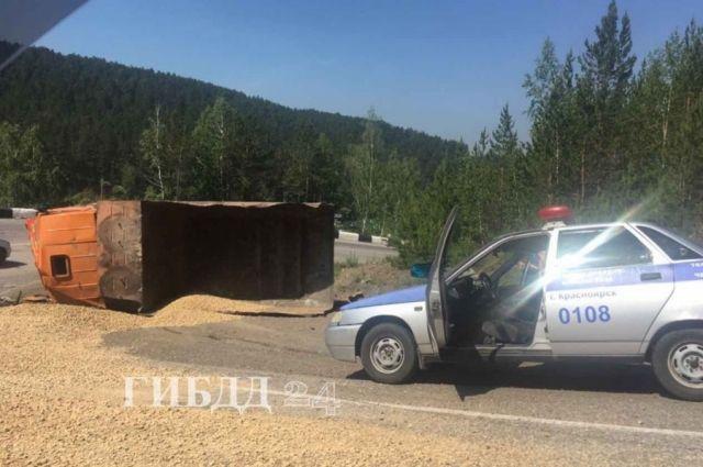 Проезжую часть не перекрывали, водители преодолевали препятствие, сбрасывая скорость.