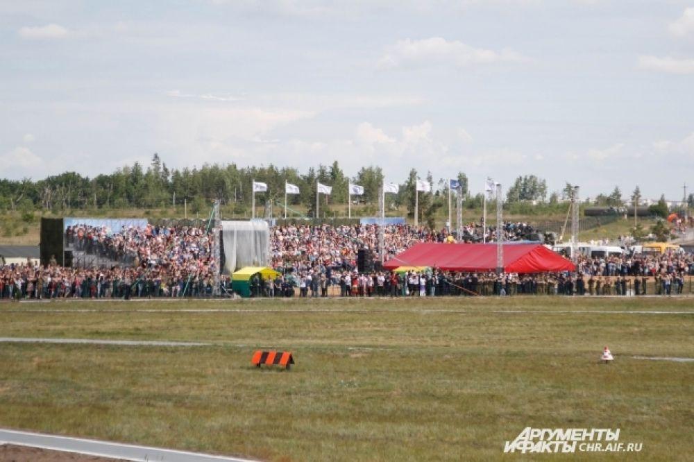 Посмотреть на авиашоу собралось более двух тысяч зрителей
