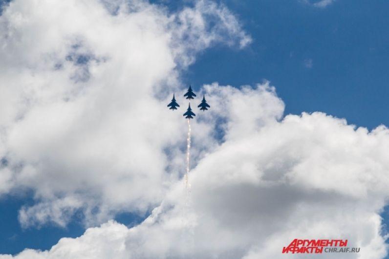 «Русские витязи» показывают фигуры высшего пилотажа в небе