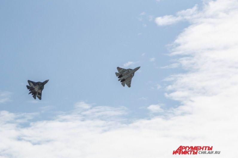 Во время воздушного боя бомбардировщиков Су-34 прикрывают истребители Су-35