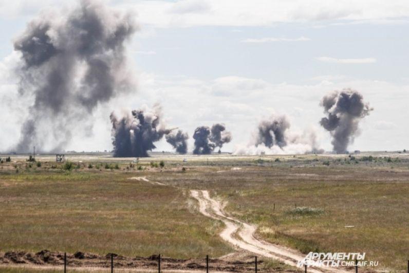 Бомбы взрывались вдалеке от зрительских трибун, но звуковая волна все равно была оглушающей