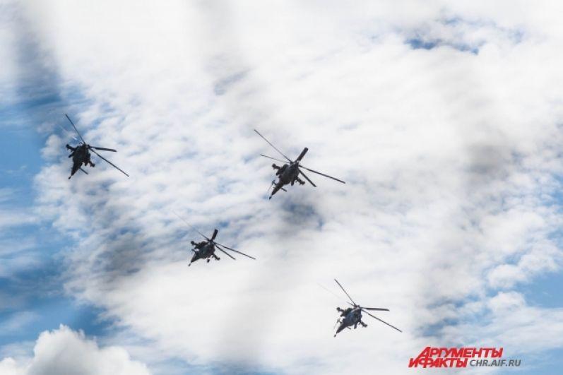 Пилоты группы «Беркуты» способны хладнокровно удерживать вертолеты на максимально близком расстоянии друг от друга
