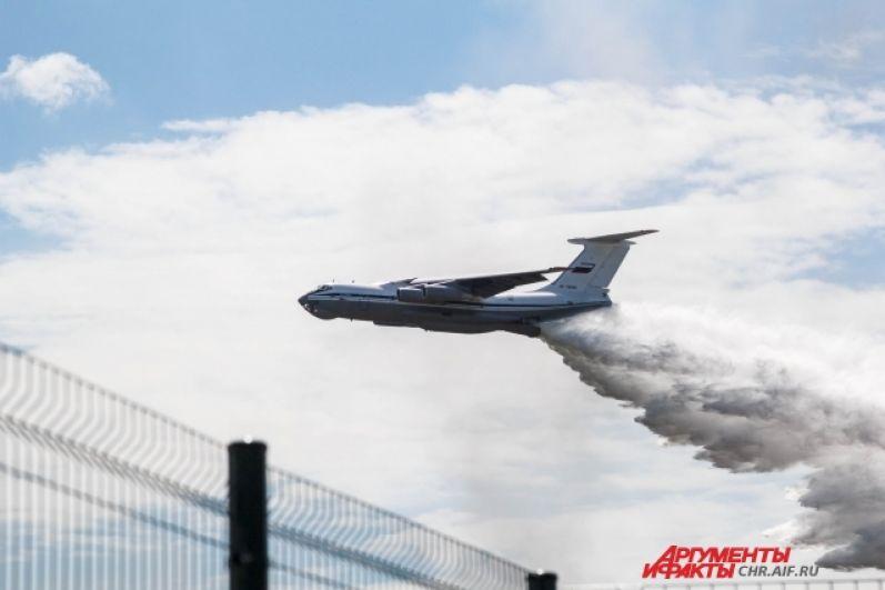 Пожарный самолет Ил-76 сбрасывает 42 тонны воды на скорости 300 км/ч