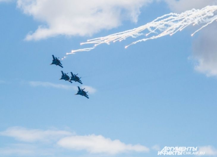 «Русские витязи» зажгли небо на тяжелых истребителях Су-30