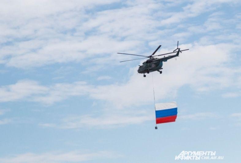 Традиционно авиашоу начинается с пролета вертолетов Ми-8 с государственными флагами