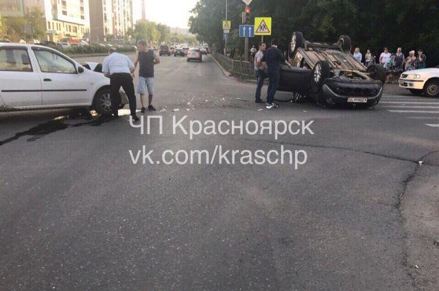 От удара автомобиль девушки перевернулся на крышу.