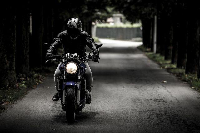 Страшное ДТП с мотоциклистом произошло в Тюмени - на асфальте накрытое тело