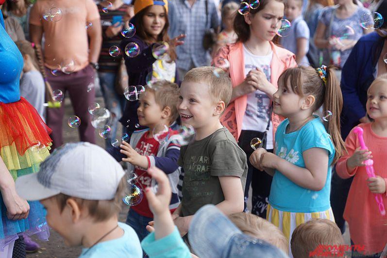 Главные посетители флешмоба - это, конечно, дети.