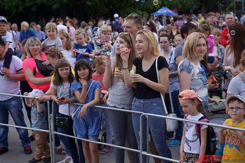 Места у главной сцены почти не было - поучаствовать в мероприятии пришли тысячи пермяков.