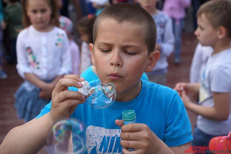 Пермяки наконец-то дождались ежегодный День мыльных пузырей. Мероприятия по традиции проходило на территории парка Горького.