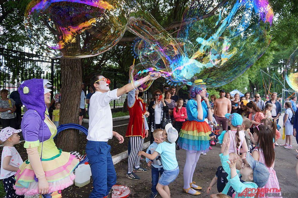Развлекали гостей мероприятия аниматоры, запуская в воздух большие мыльные пузыри.