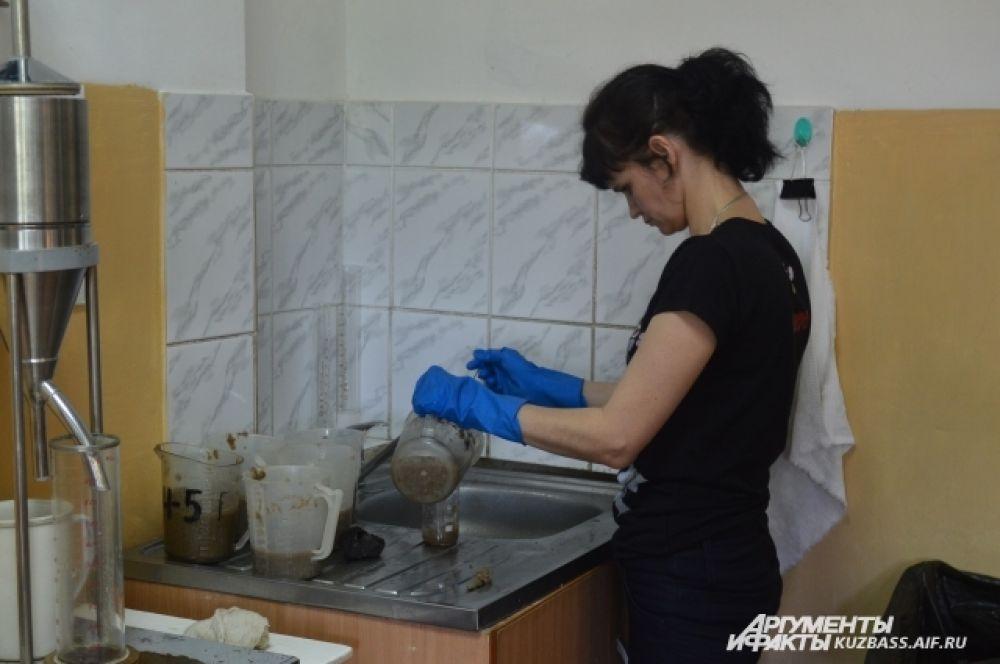 Картон, по заявкам, проходит на заводе через опытные глаза и руки лаборантов, которые определяют его качество.