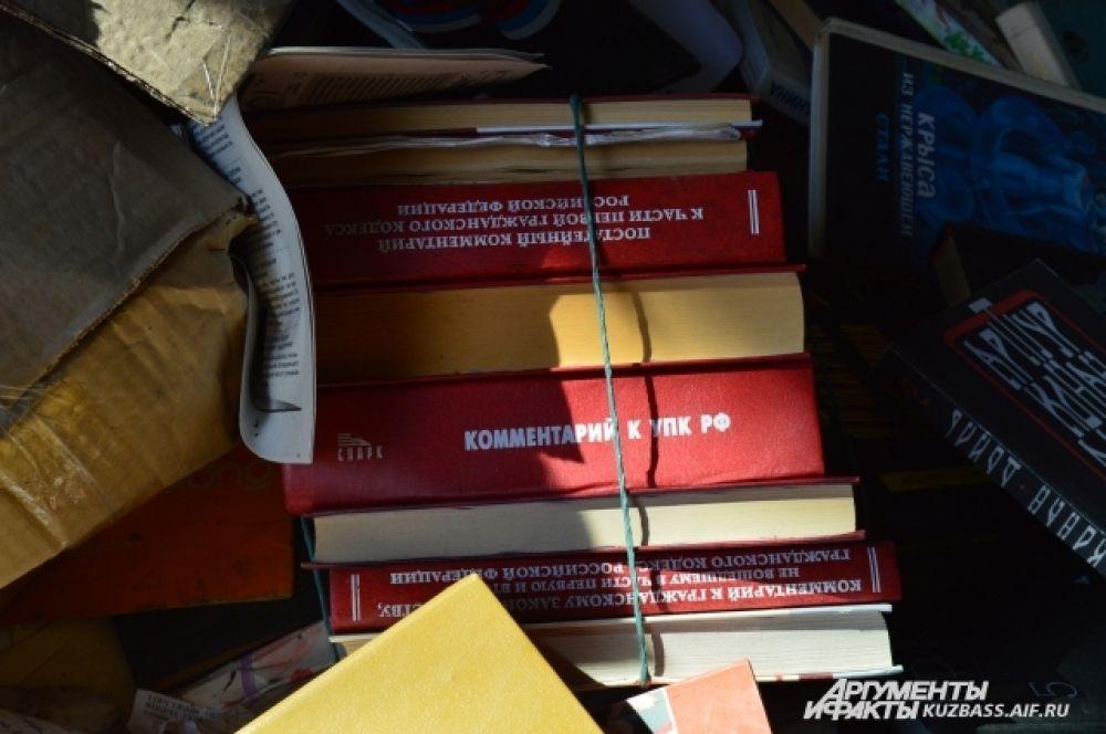 По большей части здесь учебная литература. А как мы знаем, образовательные стандарты меняются ежегодно, поэтому неудивительно, что учебники и справочники устаревают.