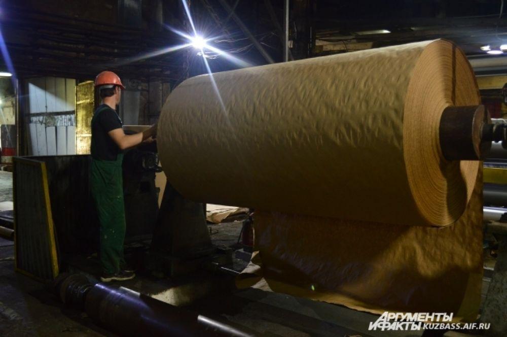 Готовую, уже высушенную и спрессованную бумагу, затем отправляют на втулку. Весит она от нескольких сот килограммов до нескольких тонн – в зависимости от интересов заказчика.