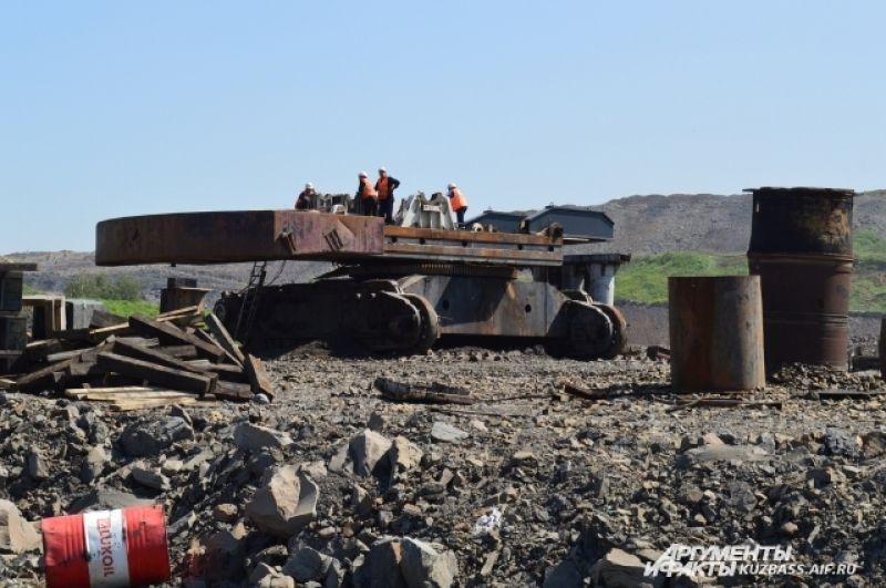 Некоторую горную технику работники ремонтируют на месте.