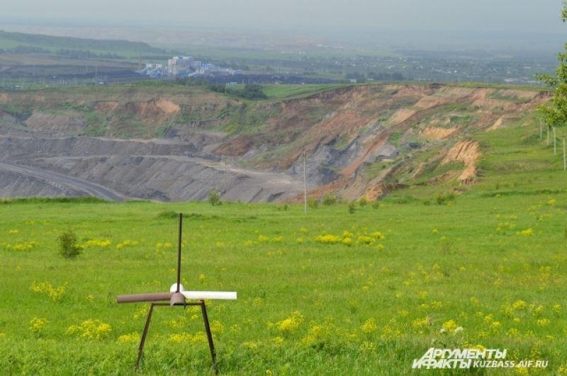 Из 25 км самого хребта 10 км уже нарушены угольщикам – сюда сваливают отвалы. И лишь 15 км государственным заказником.