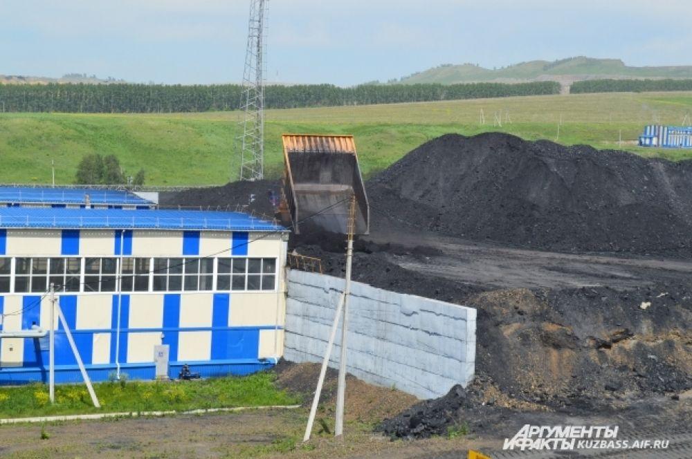 На «Виноградовском» разрезе две обогатительных фабрики. Не очень качественный уголь отправляется сюда – тут его отделяют от породы.