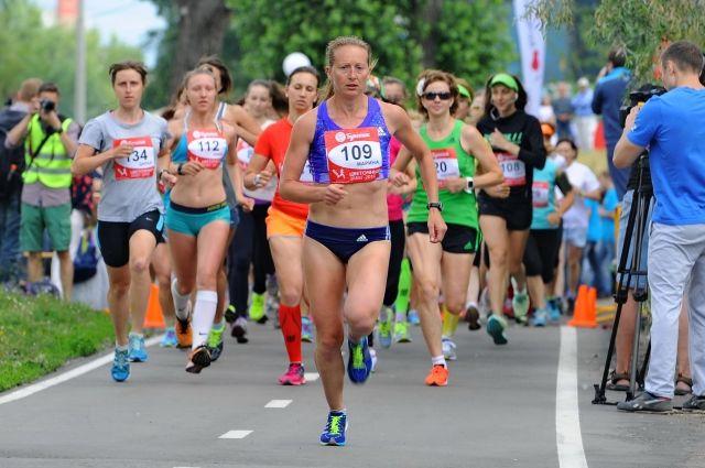 В забеге приняло участие около 400 спортсменок.