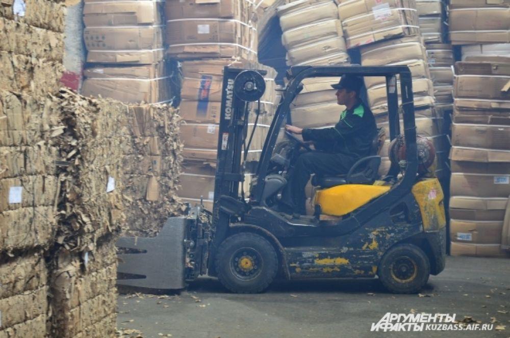 Вся продукция после приёмки взвешивается и отправляется на склад. Там может храниться до 1000 тонн будущей продукции.