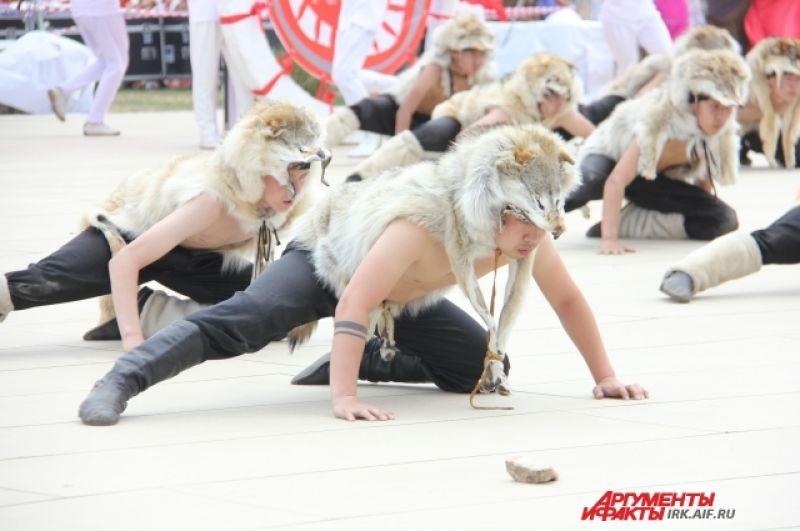 Один из самых красочных представлений открытия - танец волков-духов.
