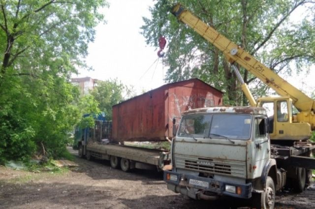 В Перми на земельном участке возле дома№ 87 по улице Карпинского начали сносить незаконно построенные металлические гаражи и овощные ямы.