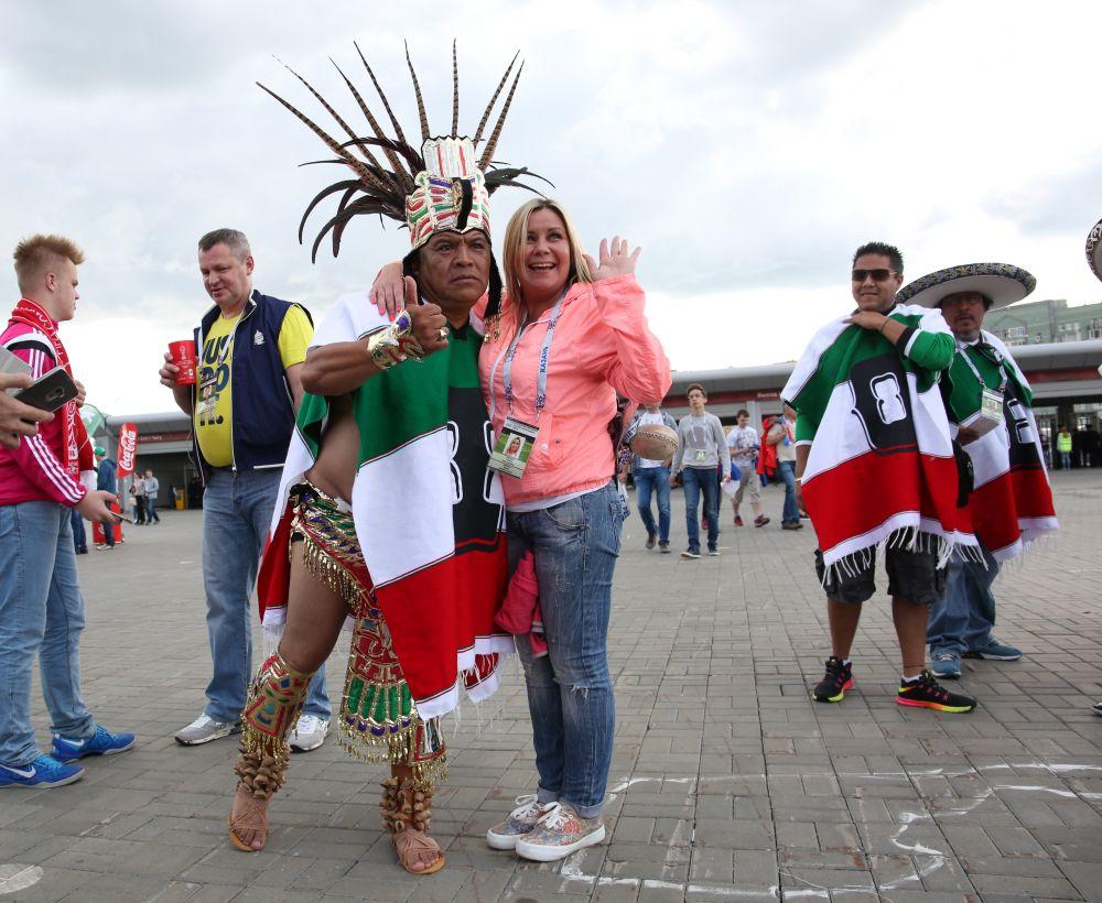 Мексиканские болельщики активно знакомились с русскими девушками.