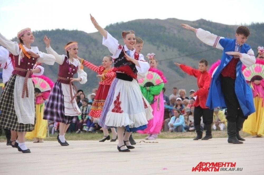 Своим танцем юные участники игр показали, как важно народам, живущим в Сибири, жить дружно и мирно.