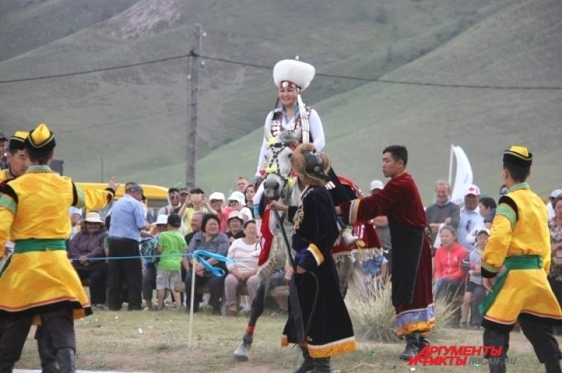 Красавицы-невеста Зинаида из Аларского района приехала на свою свадьбу на лошади.