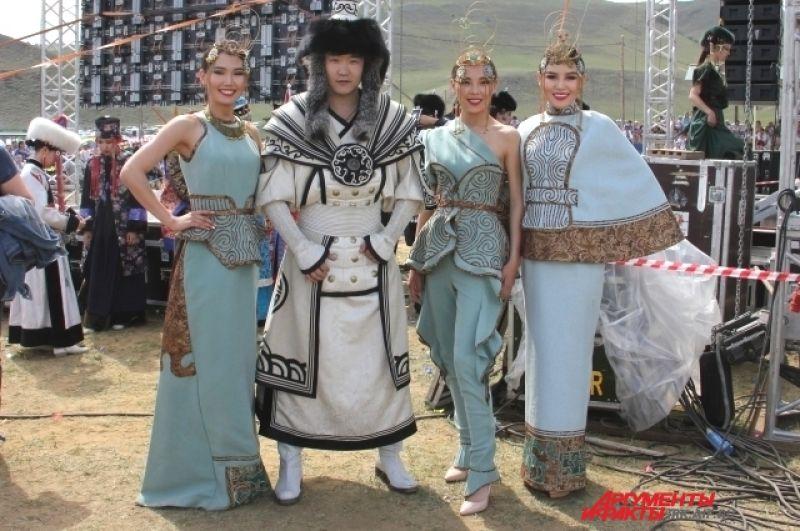 Монгольский дизайнер Болор для создания своей коллекции костюмов вдохновлялась историей ханов, монгольскими легендами и природой.