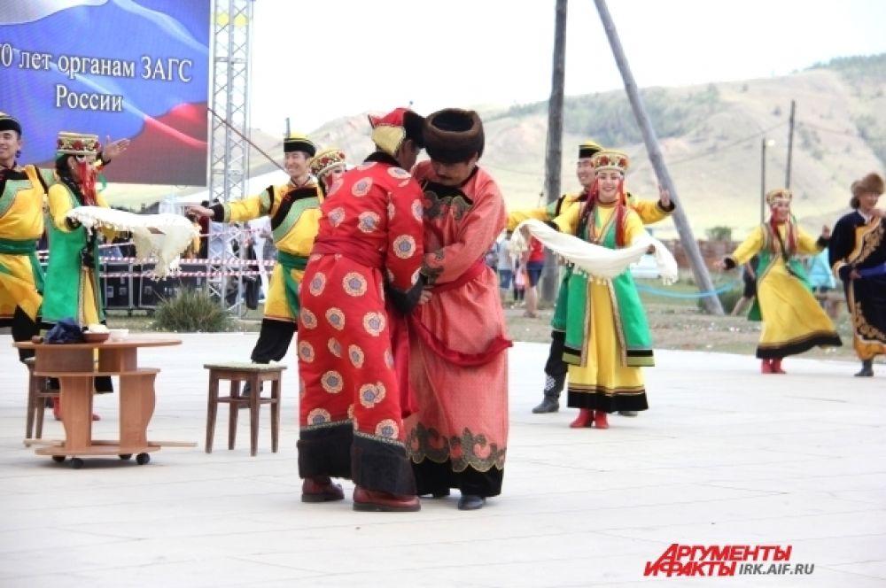 Впервые во время фестиваля прошла настоящая свадьба. Перед ней ансамбль «Степные напевы» показал зрителям, как обряд проходил в старые времена.