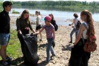 Юные кемеровские экологи собрали мусор в русле реки Каменушка.