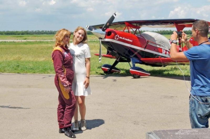 Многие хотели сфотографироваться с семикратной абсолютной чемпионкой мира в женском зачете по высшему пилотажу, заслуженным мастером спорта России Светланой Капаниной.