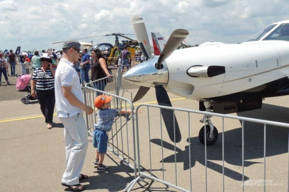 Юных гостей авиашоу так и тянуло крутануть винт какого-нибудь самолета.