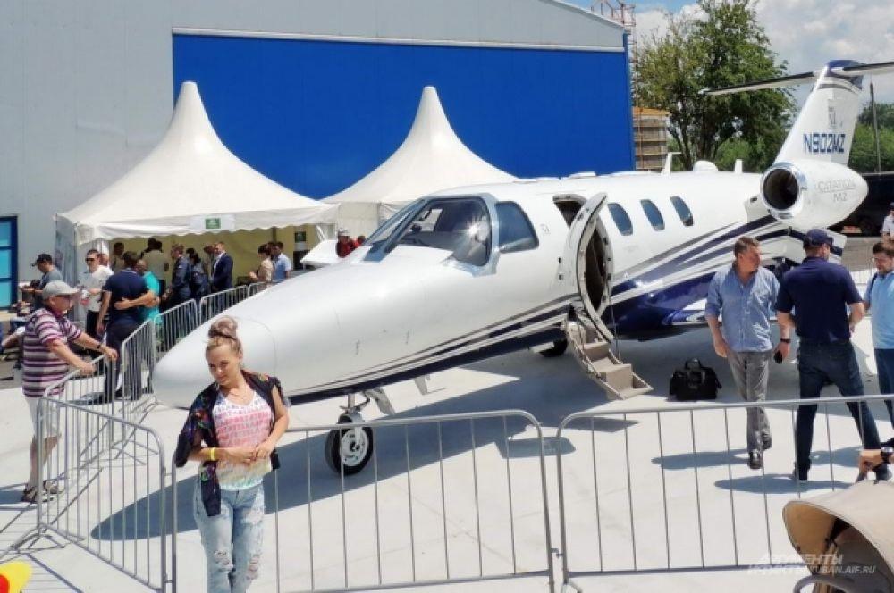 Фото на фоне бизнес-джета легкого класса Cessna Citation M2 наверняка наберет много лайков.